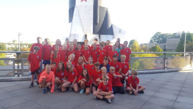 6th graders class picture at space camp